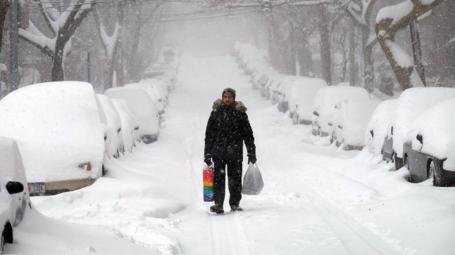 Üksik mees kiirustab kodu poole New Yorgi tavaliselt auto- ja inimrohkel puiesteel.