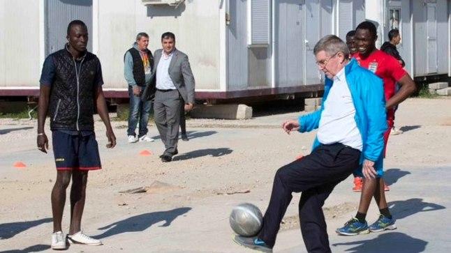 ROKi president Thomas Bach külastas Ateenas asuvat Eleonase põgenikelaagrit.