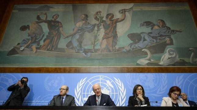 ÜRO Süüria saadik Staffan De Mistura (keskel) ÜRO peakorteris Genfis 25. jaanuaril 2016.