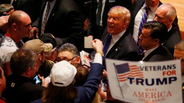 Donald Trump (paremal) kampaaniaüritusel sõjaveteranidega Iowas Des Moinesis 28. jaanuaril 2016.