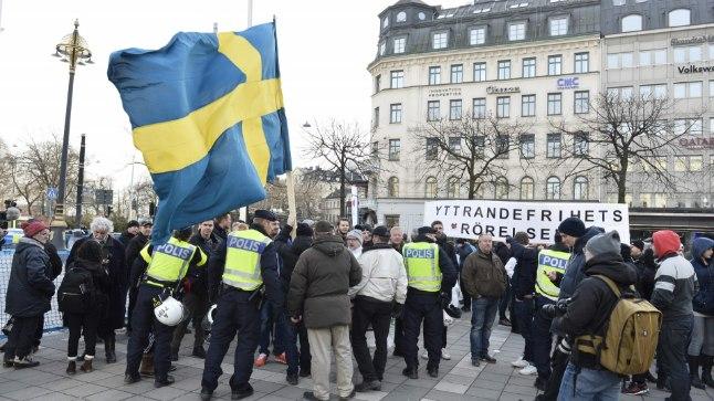 POLITSEI RAHUSTAB: Korravalvurid püüavad rahustada meeleavaldajaid Stockholmi kesklinnas.