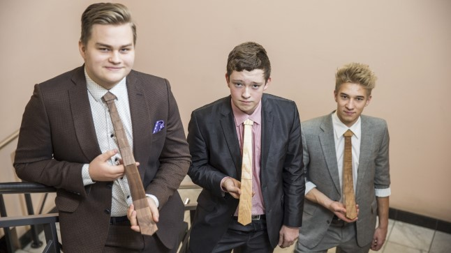 PUITLIPSUGA MAAILMA VALLUTAMA: Õpilasfirma Pu:lips loojad (vasakult) Roland Osa, Fred Mühls ja Oliver Fred, kes teevad kooli kõrvalt puidust lipse.