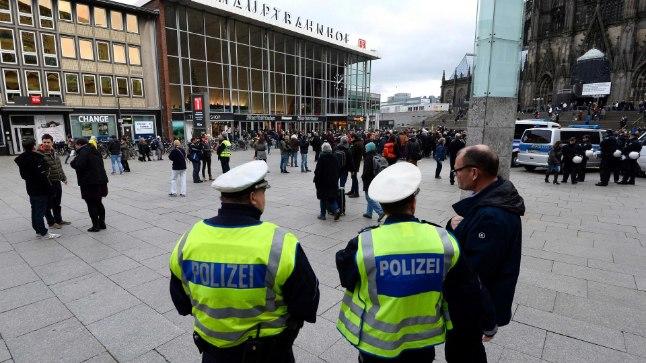 Politseinikud Kölni rongijaama ees.
