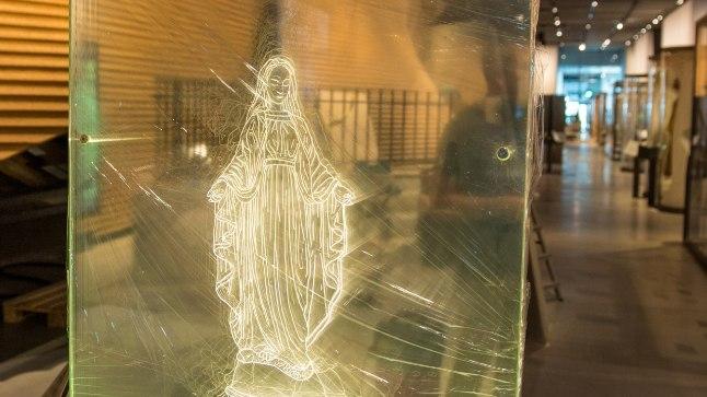 EKSPONAAT: Läbipaistva ekraaniga eksponaati, millel on kuvatud valgusjoontega Neitsi Maarja figuur, saab jalaga lüüa, ja see lendab kildudeks. Vaimulike sõnul puudutab usuliste sümbolite või usuga seotud isikute alavääristamine või muul viisil vääritult kasutamine väga paljude usulisi tundeid.