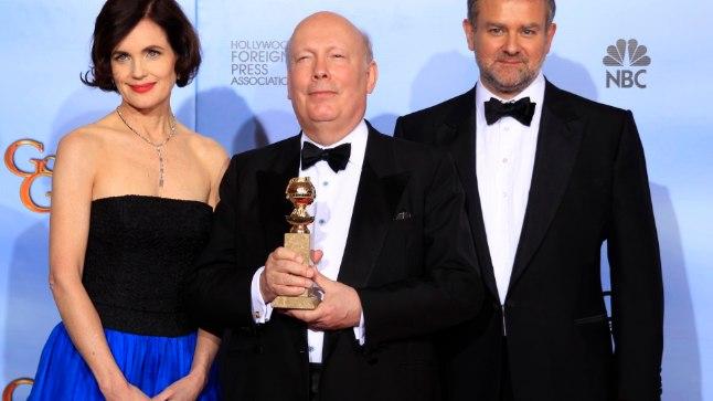 """""""Downton Abbey"""" stsenarist ja produtsent Julian Fellowes (keskel) koos näitlejate Elizabeth McGoverni ja Hugh Bonneville'iga."""