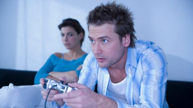 Tüliõun paljudele: Mängimine ei põhjusta probleeme ainult lapse ja lapsevanema, vaid täiskasvanutegi vahel. Tänavu suvel pidi Tallinna politsei käima lepitamas meest ja naist, kes läksid arvutimängimise tõttu omavahel tülli.