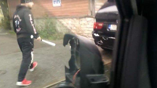 ВИДЕО: <font color=&quot;#d30008&quot;>Очередной водитель с битой напал на другого водителя</font>