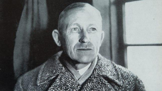 KUULUS KALASABAMANTEL: Selles hallis kalasabamustrilises mantlis mäletasid Anton Hansen Tammsaaret paljud tema tuttavad. Praegu on kirjaniku firmamärgiks saanud palitu hoiul tema majamuuseumi Kadriorus. Foto on tehtud 1938. aastal Tartus.