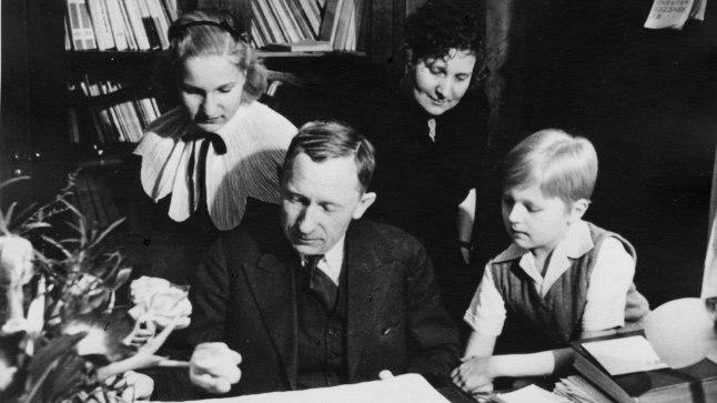 PERE PANI KIRJUTAMA: Tammsaare olulisemad teosed hakkasid ilmuma, kui ta Koitjärve metsade üksindusest Tallinna kolis ja pere lõi. Pildil tutvuvad Tammsaare, tema abikaasa Käthe, tütar Riita ja poeg Eerik 1938. aastal kirjaniku 60. sünnipäeva kingitustega.