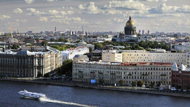 HEAL LINNAL MITU NIME: St. Peterburg, Petrograd, Leningrad, Peterburi. Idanaabrite metropol on tõeline turismimagnet oma vaatamisväärsuste ning köitva ajalooga. Ses linnas avaneb siiani täies ilus kunagiste Venemaa valitsejate rõõmuks loodud hiilgus.