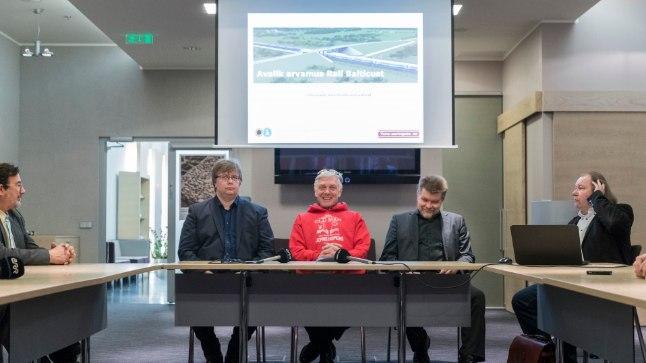 Palju küsimusi: Olev-Andres Tinn (vasakul), Indrek Tarand (keskel) ja Juhan Kivirähk (paremal) tutvustasid eile Euroopa Liidu majas uuringut «Avalik arvamus Rail Balticust», mille järgi ei tea suur osa inimestest kavandatavast suurprojektist suurt midagi.