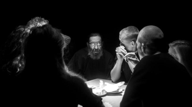 """""""Kangelaste"""" lavastuses istuvad näitlejad publikuga samades laudades, rääkides neile lugusid eesti revolutsionääridest"""