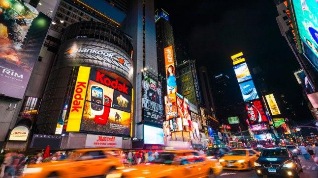 LINNAKESKMES: Times Square on ehe peegeldus popkultuurist. Siin on kõike, alates suurtest reklaamidest, kollastest taksodest ja turistidest kuni pintsaklipslasteni välja, kes kiirustavad oma töökohta Wall Streetil.