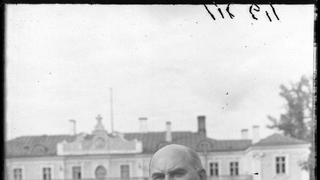 SAATUSLIK LOSS: 1940. aasta augustist kuni  surmani 1946. aasta novembris oli Johannes Vares (pildil 1941) Eesti NSV ülemnõukogu presiidiumi esimehe ametis. Tema ametikorter asus 1938. aastal valminud Kadrioru administratiivhoones, kus oli varem elanud riigipea Konstantin Päts. Just sealses vannitoas otsustas Vares oma eluküünla kustutada.
