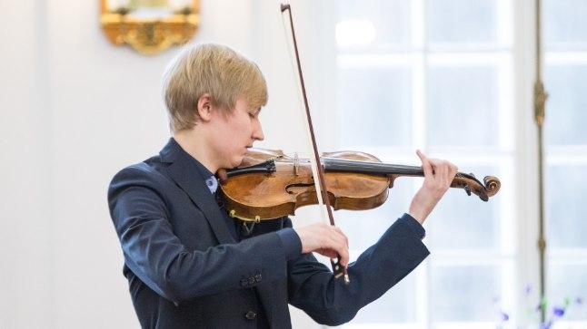 GAGLIANO VIIUL: Üks kild suure dünastia näputööst. Pildilolev instrument on Nicola ja tema poja Giuseppe ühine töö. Viiul on stradivaariuse analoog – ilusa pehme, isegi elegantse kõlaga. Viiulit mängis eile Hans Christian Aavik.