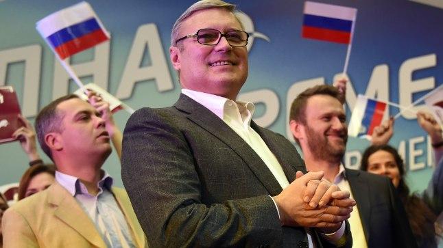 SIHIKUL: Vene opositsioonipoliitik Mihhail Kasjanov on viimastel päevadel olnud tšetšeenide ründe all. Nii jälgiti teda Strasbourgis läbi kujutletava sihiku. Moskvas aga tabas Kasjanovit teisipäeva õhtul tordirünnak.