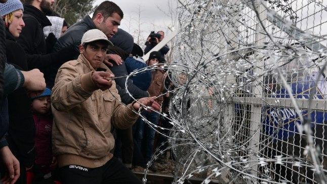 Politsei tõrjus põgenikke pisargaasiga.