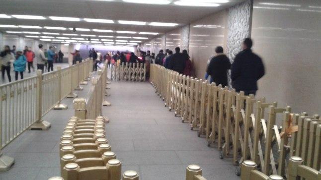 Järjekord turvakontrolli juurde Pekingi metroojaamas
