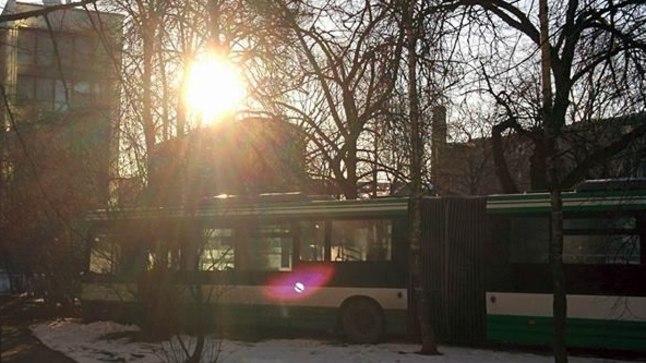 JUHUSE ASI: On juhus, et buss just sel hetkel peaaegu tühi oli. On juhus, et buss autodele otsa ei põrutanud. On juhus, et kõnniteel, millest juht hooga üle põrutas, ema beebivankriga ei jalutanud või lapsed mitmekesi kooli ei lipanud. On juhus, et bussi peatas põõsas, mitte majasein.
