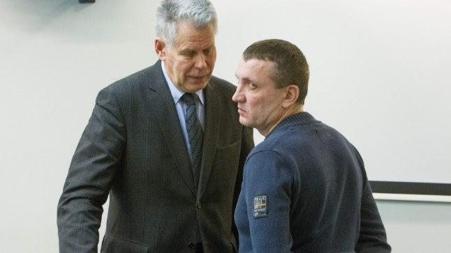Julge hing: Evgeny Mironchenko heidab pilgu üle õla kohtusaali: «Pidage suu!» Advokaat Aule (fotol vasakul), rahustab klienti: «Neil pole mingeid tõendeid!»
