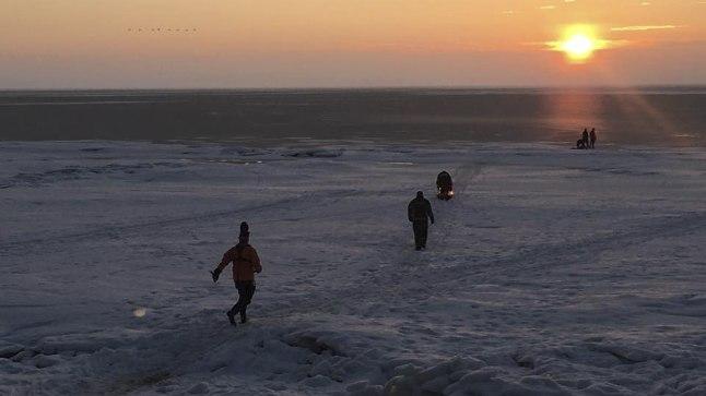 TÄHELEPANU, VALMIS, LÄKS: Pärast esimese läbi jää vajunud kalamehe kaldale toomist olid päästjad ootel ja valmis kohe reageerima, kui keegi peaks veel abi vajama. Pildil nad just appi tõttavadki.