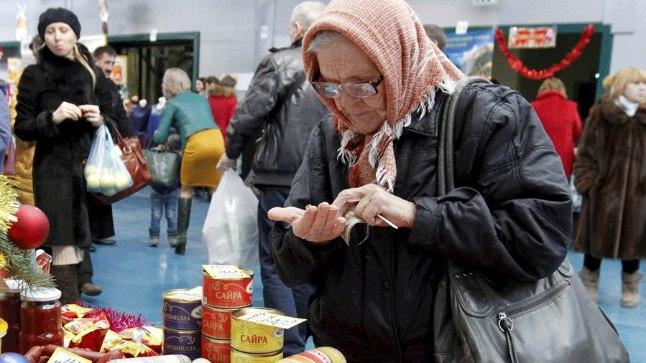 Vene naine Uljanovka küla turul detsembris 2015.