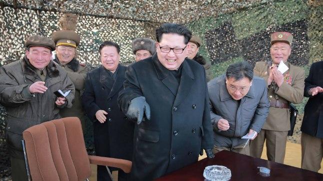 Kim Jong-un uue raketisüsteemi juhtimiskeskust inspekteerimas