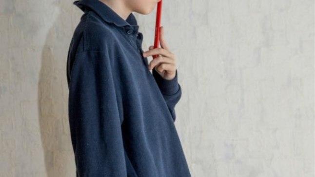VENIS VÄLJA: Septembris pärast esimest pesu umbes kümme sentimeetrit nii pikkuses kui ka laiuses välja veninud koolivormi trikotaazpluus ei näe ka nüüd, pool aastat hiljem, kui poiss on veidi kasvanud, seljas kena välja.