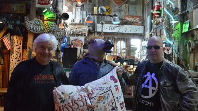 RANTŠO KÕRTSIS: Bluusipealinna Clarksdale'i lähedal kõrtsis teevad edasisi plaane (vasakult) Ivo Linna, Marek Reinaas (on endale hobuse pähe unustanud) ja Juku-Kalle Raid, ühiselt käes hoidmas Mississippi kaarti.