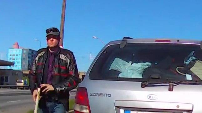 KURIKAS KÄTTE: Taganttulija signaali peale  vihastanud autojuht otsustas oma pahameelt välja näidata ja võttis autost kurika.