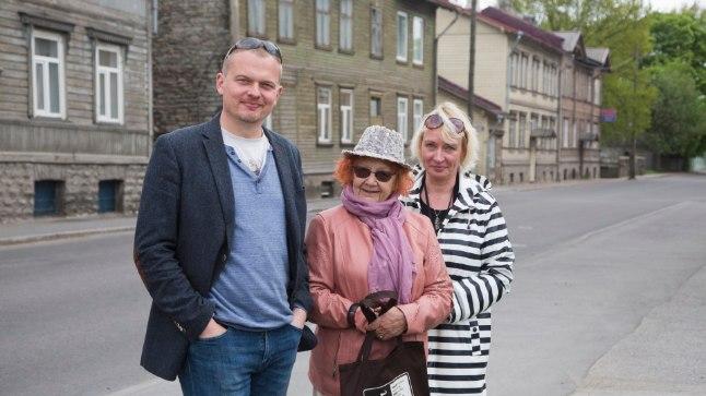 Pelgulinlased Jaak Juske, Pille Arro ja Age Minka poseerivad pildi jaoks Telliskivi tänava ääres Lenderi tüüpi majade foonil.