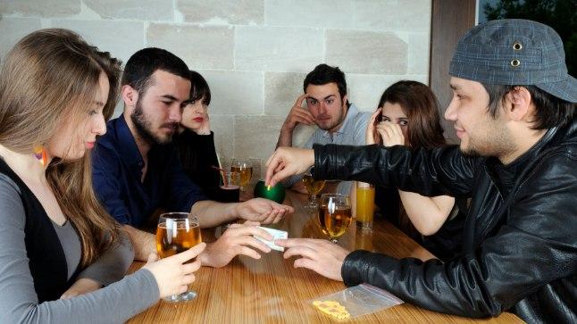 RIKUB TÖÖVÕIMALUSED: Ka sõpradele narkootikumide jagamine läheb diilerluse alla. Selline märge karistusregistris võib aga tulevikus rikkuda võimaluses töölesaamiseks. (Foto on illustreeriv).