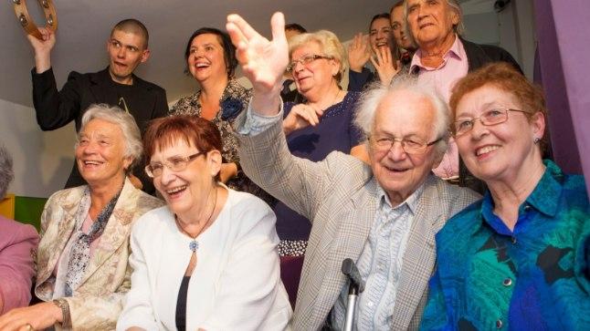 PALJU ÕNNE!: Eile Eesti Teatri- ja Muusikamuuseumisse kokkutulnud saatsid oma õnnesoovid Torontosse täna 100 aastaseks saavale Roman Toile läbi virtuaalsilla. Teiste seas olid lehvitamas ka raadioajakirjanik Age Raa (vasakult) ning dirigendid Ene Üleoja ja Kuno Areng. Roman Toi (väiksel pildil) käis viimati Eestis 2014. aastal laulupeol.
