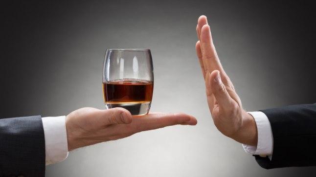 Alkoholitarvitamise häire ravi koosneb alkoholivõõrutusravist (kui see osutub vajalikuks) ja sellele kohe järgnevast tagasilangust ennetavast ravist.