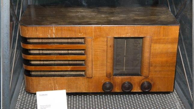 RAHVAVAENLANE: Juba sõja esimestel päevadel korjati rahvalt raadiod ära.