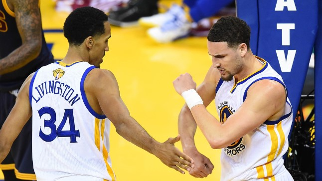 Warriorsi mängijad Shaun Livingston ja Klay Thompson rõõmustamas.