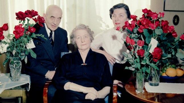 75. SÜNNIPÄEV: Marie Under (esiplaanil) koos abikaasa Artur Adsoni ja noorema tütre Hedda Hackeriga 1958. aastal Rootsis juubelit tähistamas. Selleks ajaks oli perekond 13 ja pool aastat eksiilis elanud. Kõigi nende ja Underi õe Berta säilmed jõuavad täna kodusesse mulda. Underi vanem tütar Dagmar on maetud Saksamaale mehe kõrvale.