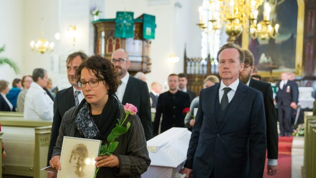 VIIMNE TEEKOND: Puusärki Marie Underi tuhaga kannavad eesrinnas Tallinna Jaani kirikust välja Tiit Aleksejev (paremal) ja Janika Kronberg.