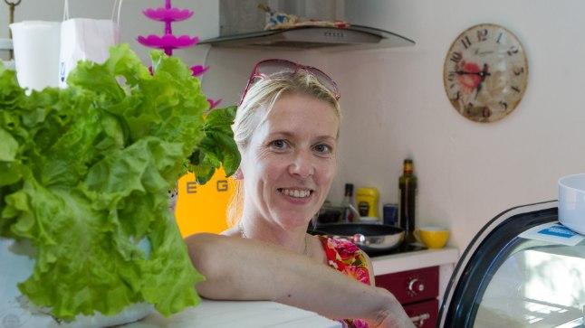 «Maasikatest võib ükskõik millist magusrooga teha – näiteks kamavahtu, smuutit või tarretist, viimase all seisavad marjad kauem värsked,»  ütleb Marta kohviku perenaine  Kairi Maris Järve.