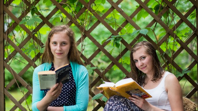 RAAMATUSÕPRADEST SÕSARAD: Adele Margarita (vasakul) ja Anni Pärna loevad aastas kahe peale üle poolesaja raamatu. Õdede ühised lemmikud on krimkad. Seni on nad jäänud truuks paberraamatuile, sest e-raamatute valik on kasinam ja need pole nii kergesti kättesaadavad.