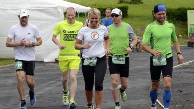 24 tunni jooksu võitsid Raili Rüütel (keskel) ja Aivar Luud (vasakult esimene).