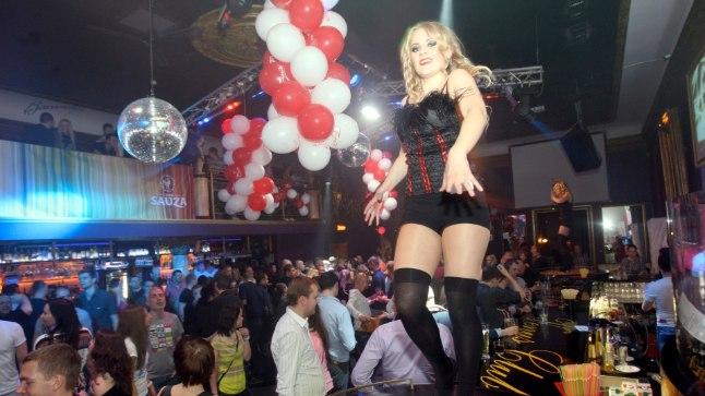 EDULUGU: 2009. aastal võtsid Venuse üle endised Bonnie ja Clyde'i baarmenid. «Peaaegu kogu klientuur tuli Bonnie ja Clyde'ist Venusesse üle,» teab Õhtulehe allikas. Pildil käib tantsuvõistlus baariletil.