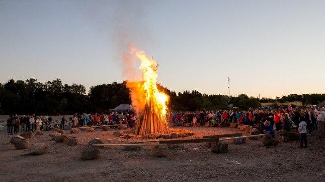 <font color=&quot;#d30008&quot;>GALERII | </font>Kakumäel tähistati muinastulede ööd Tallinna suurima lõkke ja pirukafestivaliga