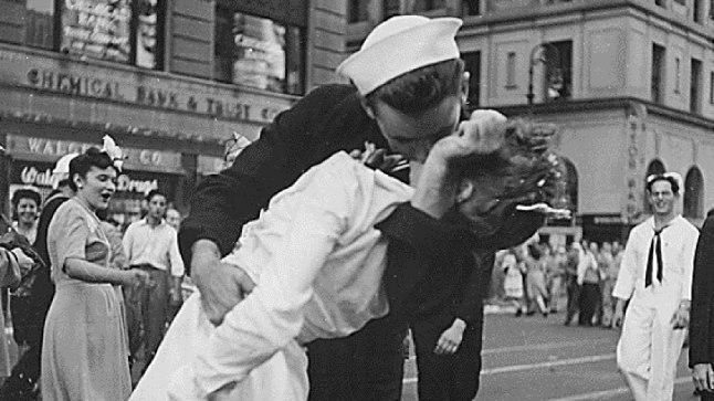 ILMASÕJA LÕPUSUUDLUS: 27.augustil 1945 avaldas USA ajakiri Life leheküljesuuruse foto medõde suudlevast madrusest. Päevapiltnik Alfred Eisenstaedt klõpsas ikoonilise kaadri kaks nädalat varem, 14. augustil New Yorgi Times Square'il, kus käis jäädvustamas juubeldavat rahvamassi – Teine maailmasõda oli äsja kuulutatud lõppenuks.