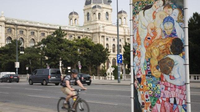 HETK LINNAPILDIST: Kui Eestis räägitakse liiklusraevust, siis Viinis sellist probleem  ei ole, sest linna läbib mugav rattateede võrgustik. Foto on tehtud südalinnas, paremal on näha Gustav Klimti muuseumireklaam.