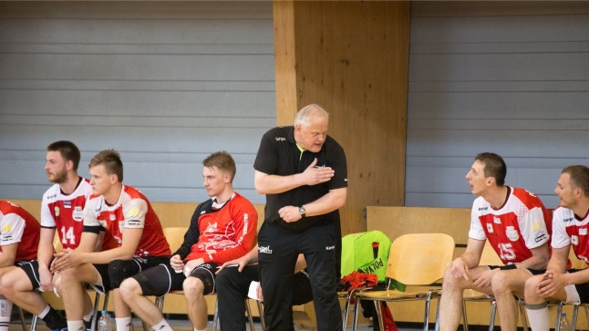 Kalmer Musting (mustas) ja Põlva Serviti käsipallurid.
