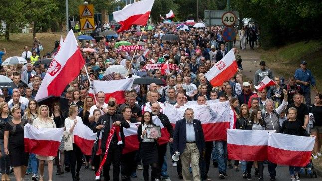 TAPETU MÄLESTUSEKS: Laupäeval mälestati Harlow's Poola lippude all nädal varem võõraviha ohvriks langenud 40aastast Arkadiusz Jóźwikit.