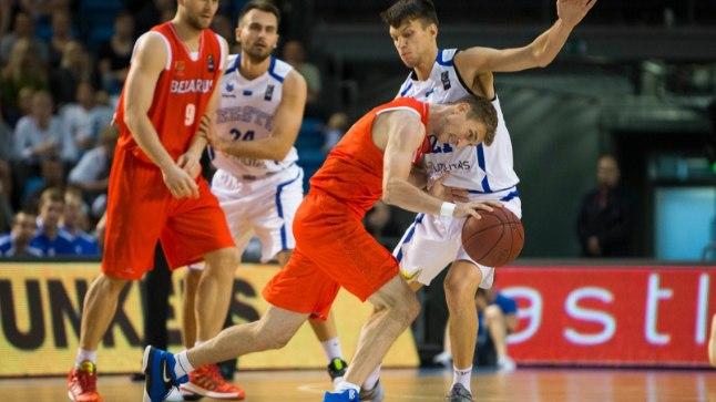 Martin Dorbek (paremal valges) on kaitses sitke ja kolmepunktijoone taga täpse käega.