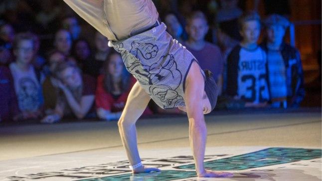JJ Street tantsukooli tantsijad tutvustavad messil tänavatantsu.