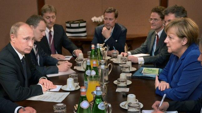 HILINEJA: Venemaa presidenti Vladimir Putinit tuntakse kroonilise hilinejana. Ajalehe The Independent andmetel pärineb rekord 16. oktoobrist 2014, kui Saksamaa liidukantsleril Angela Merkelil tuli Putinit (vasakul) oodata koguni 4 tundi ja 15 minutit.